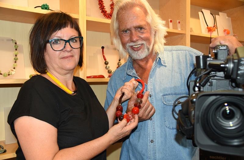 Gitta Pfarrhofer erzeugt in ihrem Schmuck-Atelier in Gramastetten Glasperlen