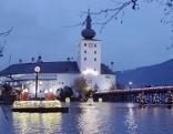"""Die Seebeleuchtung mit den zahlreichen schwimmenden Laternen und dem Adventkranz ist ein Markenzeichen des """"Schlösseradvent"""" in Gmunden"""