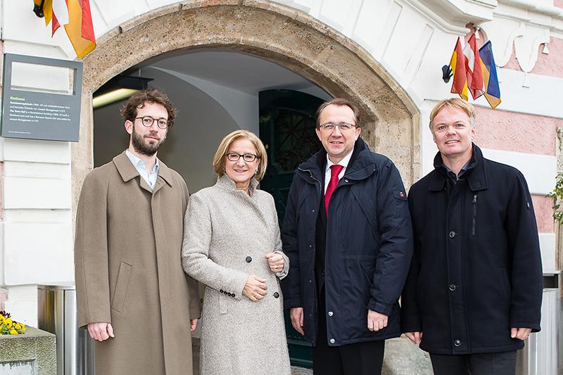 Duscher und Redl mit Stadler und Mikl-Leitner vor Rathaus Sankt Pölten