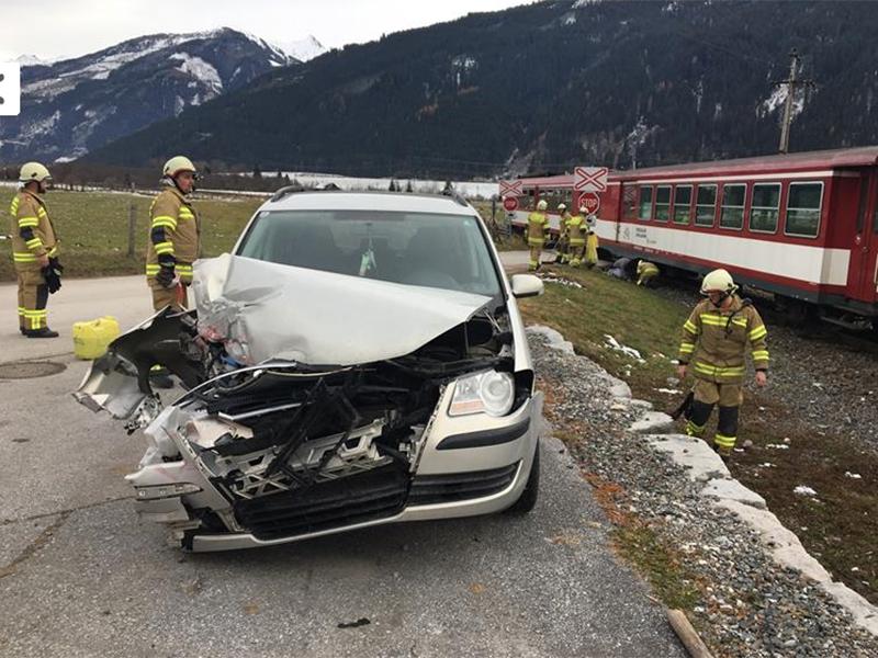 Lokalbahn erfasst Auto