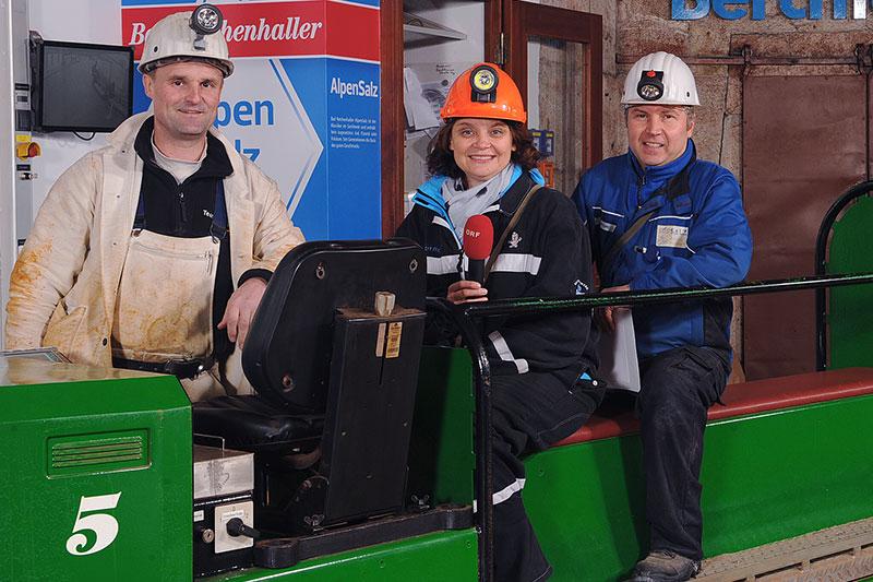 Hans Pfnür, Caroline Koller und Paul Hallinger (v.l.n.r.) in voller Montur vor der Einfahrt in den Salzberg