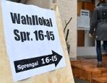 Hinweisschild zu Wahllokal in der Stadt Salzburg
