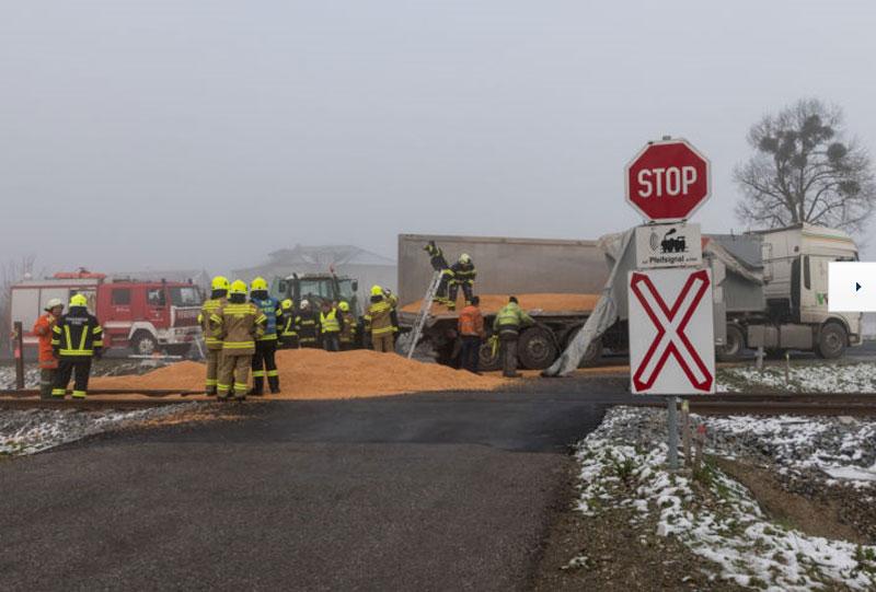 Unfall Lkw und Mais
