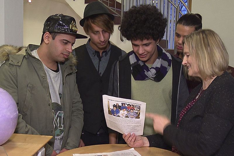 Vier junge Iraker mit Christine Sojer, Initiatorin der Solidaritätsaktion