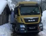 Abrutschender Lkw auf Güterweg im Schnee