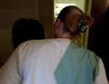 Pflegerin eines mobilen Pflegedienstes mit Patienten in deren Wohnung