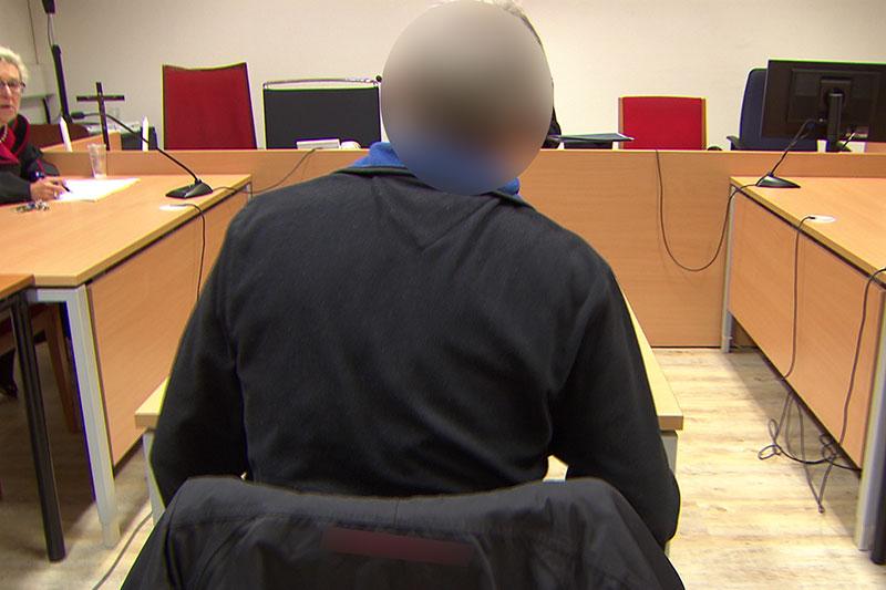 Angeklagter in Verhandlungssaal am Salzburger Landesgericht