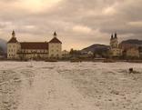 Hofburggarten Brixen mit Schnee, im Hintergrund Hofburg und Dom