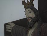Heilige Kümmernis am Kreuz mit Krone in Holz