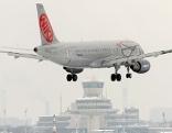 Flyniki Flugzeug bei der Landung auf verschneitem Flughafen