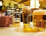 Volle Biergläser an einem Tisch