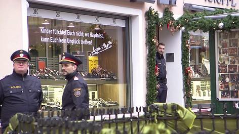 Polizisten vor überfallenem Juwelier