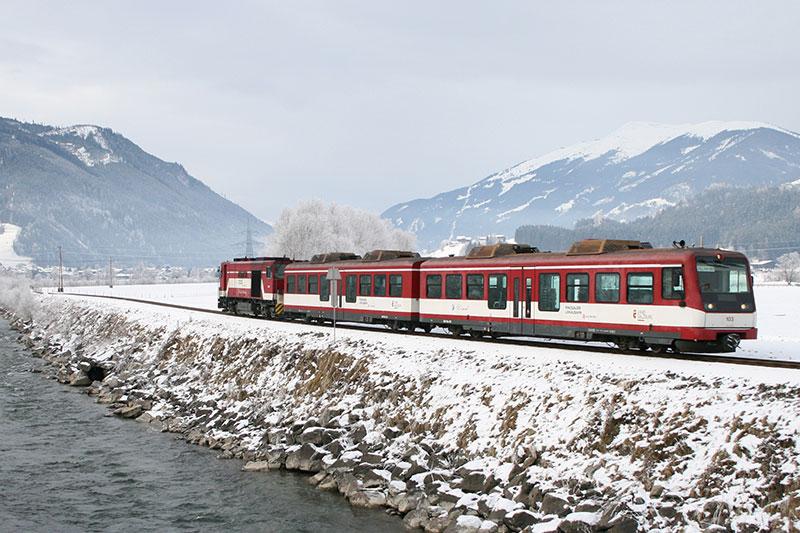 Zuggarnitur der Pinzgauer Lokalbahn auf der Strecke neben der Salzach im Winter