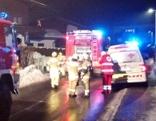 Feuerwehrautos und Rettungswagen mit Einsatzteams auf der Straße