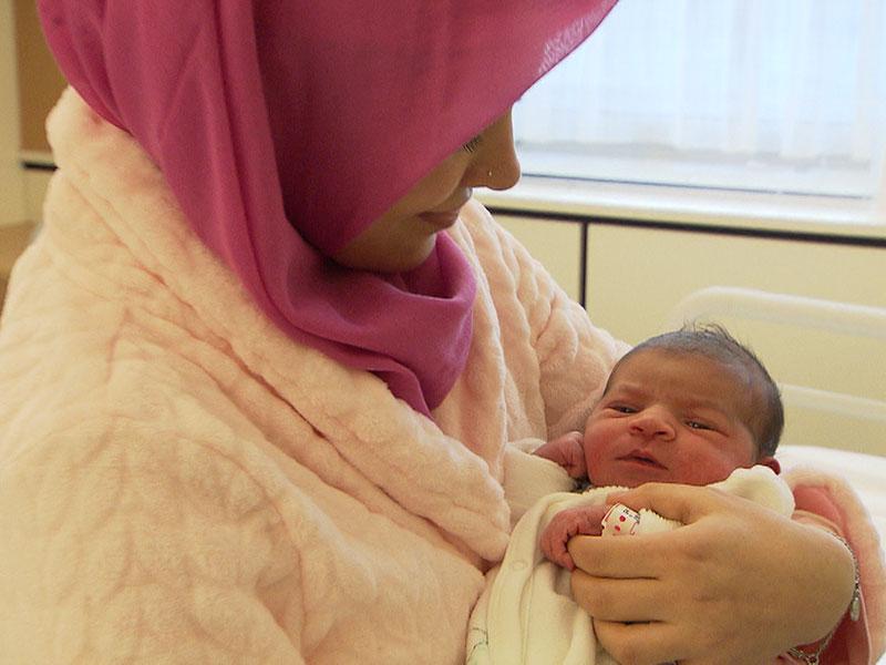 Neujahrsbaby Asel mit ihrer Mutter: Das Mädchen wurde am 1. Jänner um 0.47 Uhr in der Krankenanstalt Rudolfstiftung geboren.