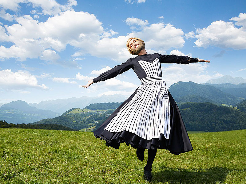 "Conchita Wurst im Life Ball Style Guide in ""Sound of Music""-Pose"