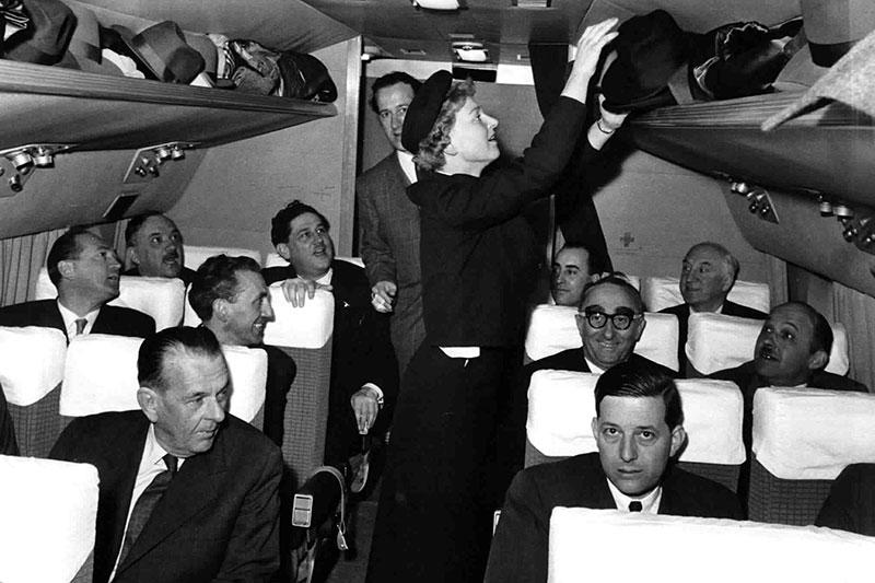 Flugbegleiterin Maria Jackl mit Ehrengaesten beim Erstflug