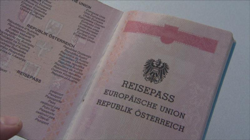 Österreichischer Reisepass aufgeklappt, erste Seite mit Adler