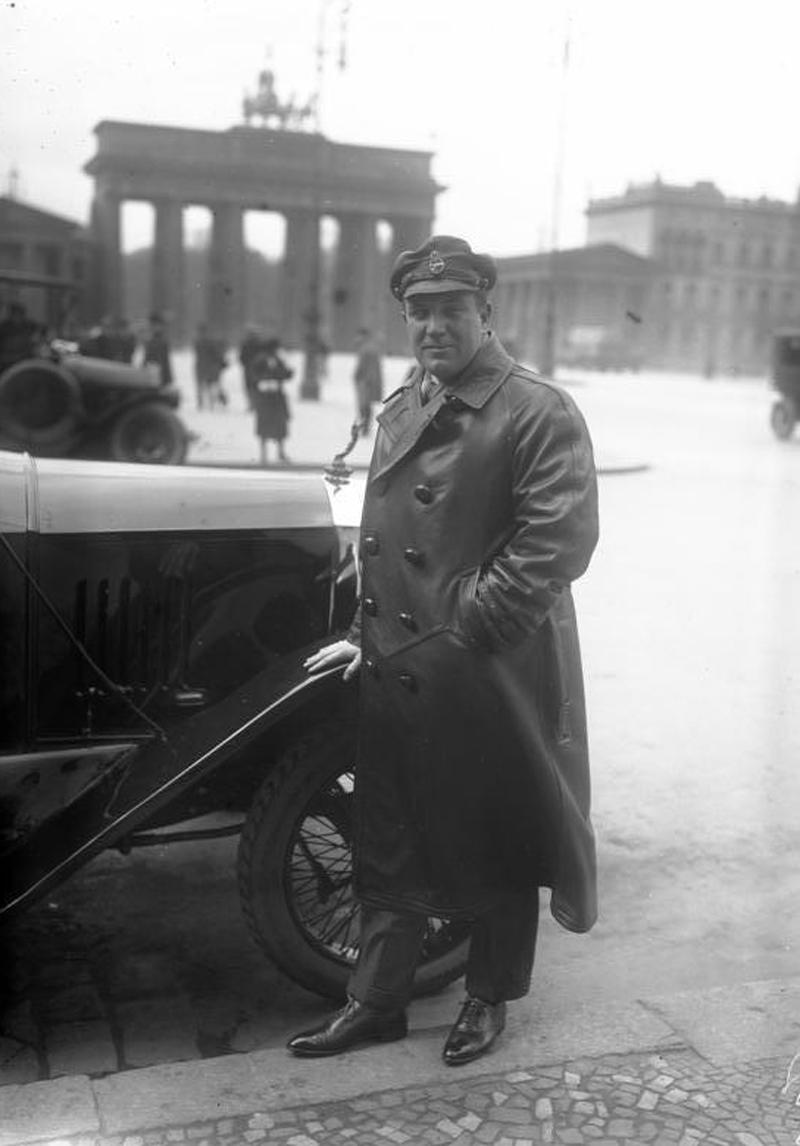 Richard Tauber 1932 vor dem Brandenburger Tor
