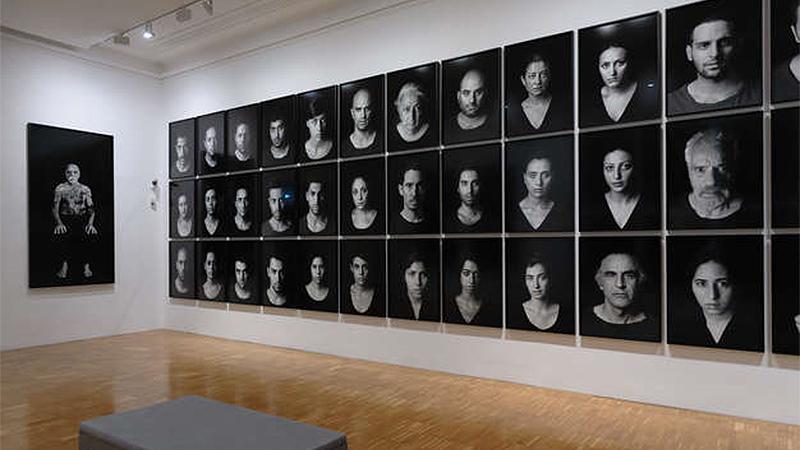 """Ausstellungsansicht, Shirin Neshat, """"The Book of Kings"""", 45 Bilder, 2012,"""