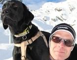 der mittersiller bergrettungshundeführer erik van leerdam hat mit seinem hund duke den vermissten rodler gefunden