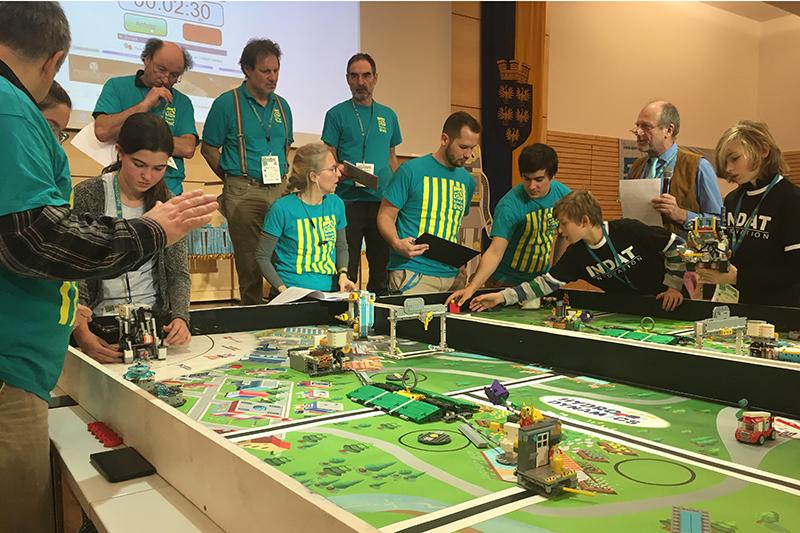 Schüler bei Roboterwettbewerb