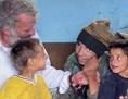 Pater Georg Sporschill SJ und Ruth Zenkert mit den Kindern in Rumänien