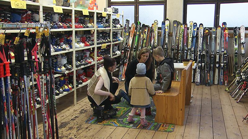 Kunden im Second-Hand-Laden in Oberwart