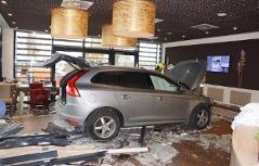 Auto in Kaffeehaus