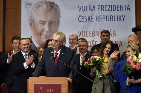 prezident a jeho podporovatelé. Úplně vpravo jeho žena Ivana.