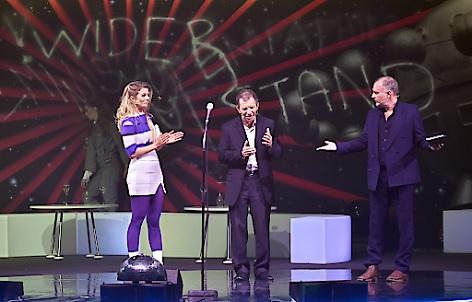"""(v.l.), Hilde Dalik, Moderation, Ehrengast Max Grodenchik, Christoph Grissemann, Moderation, im Rahmen der Vergabe """"Österreichischer Filmpreis 2018"""" in Grafenegg"""