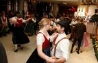 Tänzer und Besucher im Foyer des ORF Salzburg bei der Langen Nacht der Volksmusik