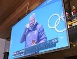 Siegerehrung von Marcel Hirscher auf dem Bildschirm im Wirtshaus