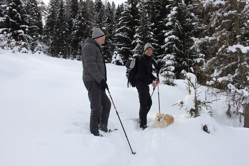 Schneeschuhwandern Hund
