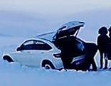 Auto auf Langlaufloipe festgefressen