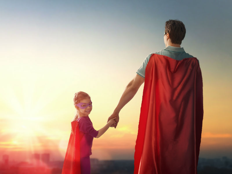 Vater und Tochter als Superhelden verkleidet
