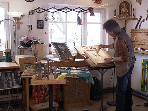 Portraits aus Holz geschnitzt