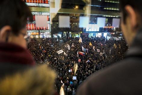 Shromáždění lidí na protest proti Ondráčkovu zvolení