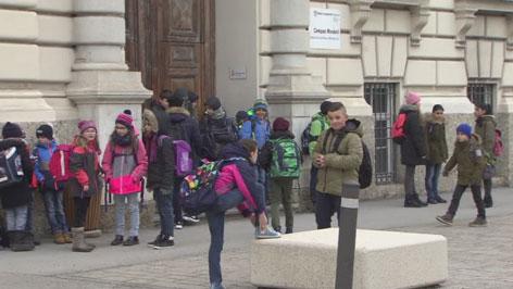 Schüler vor Schule