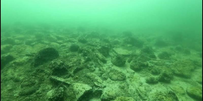 Под водой трудно узнать холмы навороченные человеческими руками