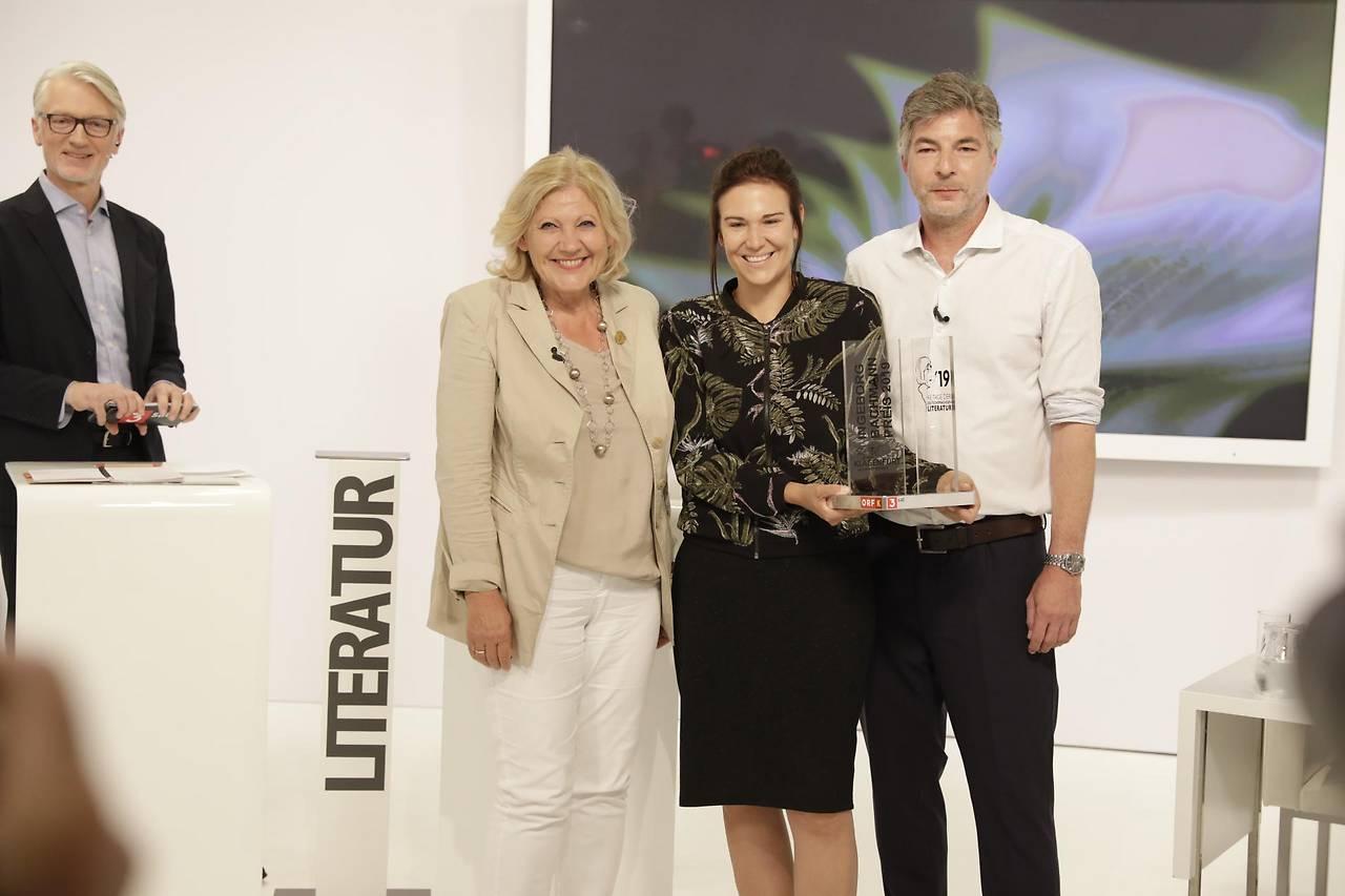 Bürgermeisterin Marie Luise Mathiaschitz neben Bachmannpreisgewinnerin Birgit Birnbacher und Stefan Gmünder