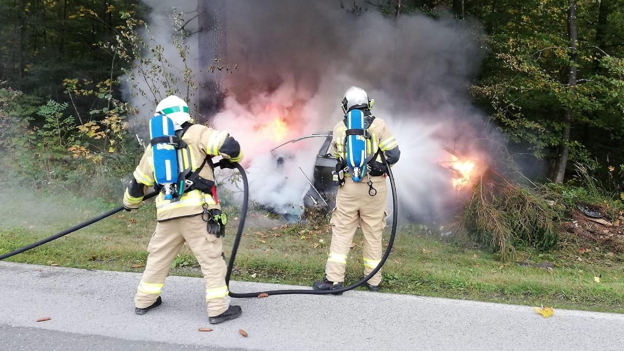 Feuerwehr beim Löscheinsatz eines Tesla in Kössen