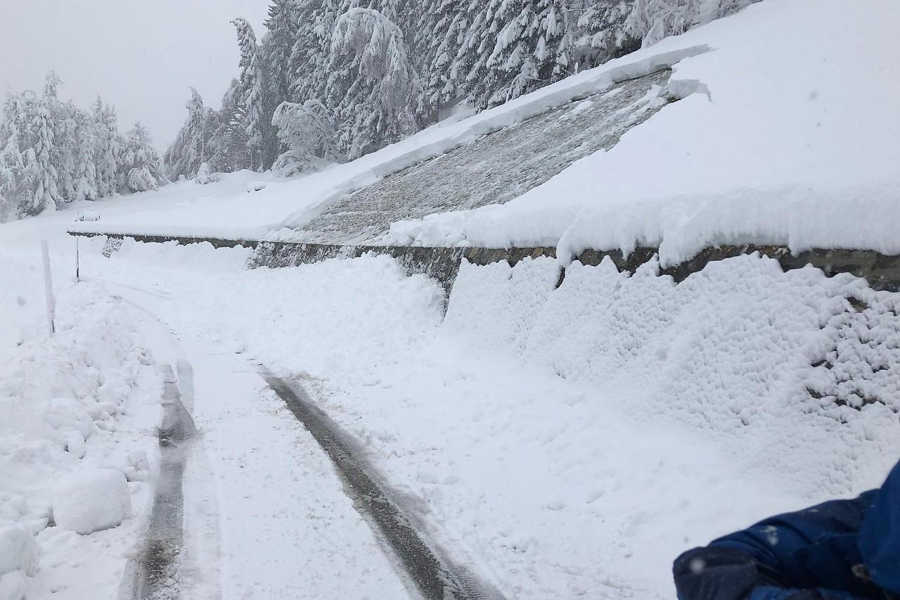 Schnee rutscht auf die Straße