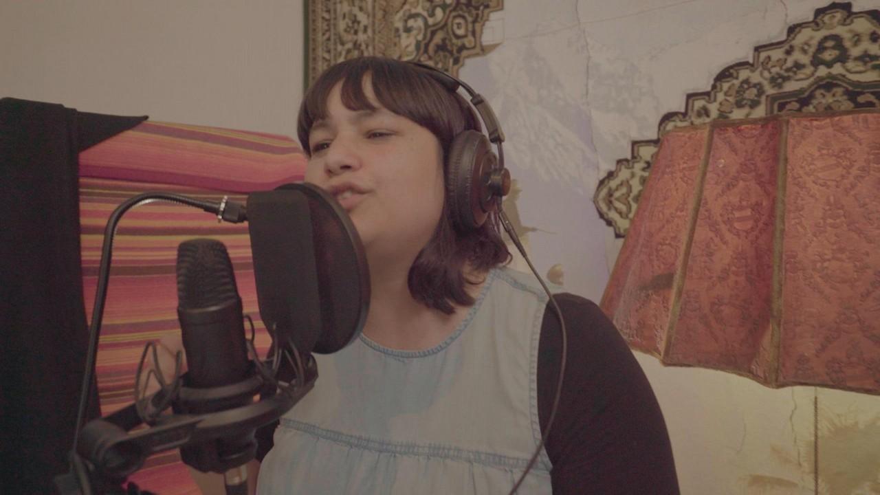 Eine Sängerin singt in ein Mikrofon
