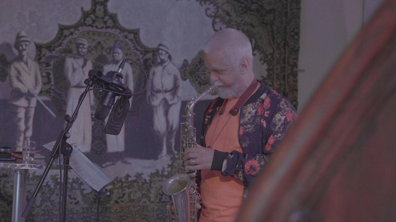 Ein Saxophonspieler während der Aufnahme