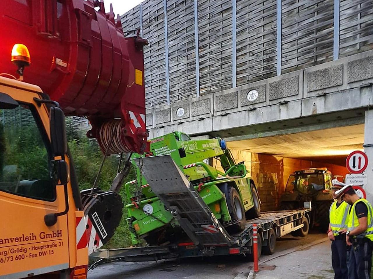 Unterfuhrung Bei Schwertransport Gerammt Salzburg Orf At