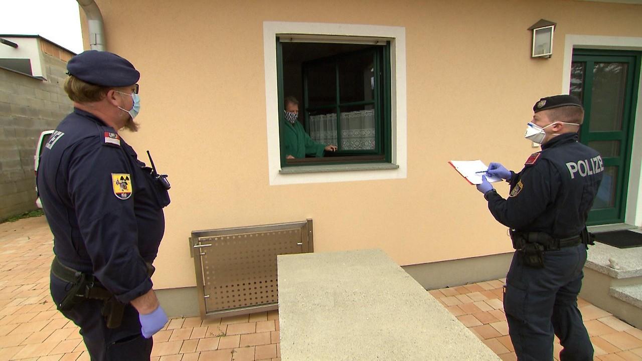Polizisten kontrollieren ob die behördliche Quarantäne auch eingehalten wird