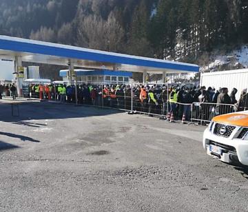 Conductores de camiones en la frontera durante una prueba de CoV
