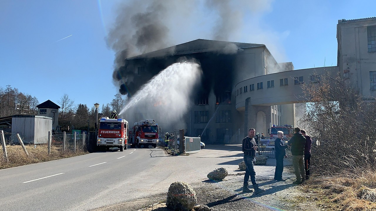 Löscharbeiten bei Großbrand Lederfabrik Vogl Mattighofen