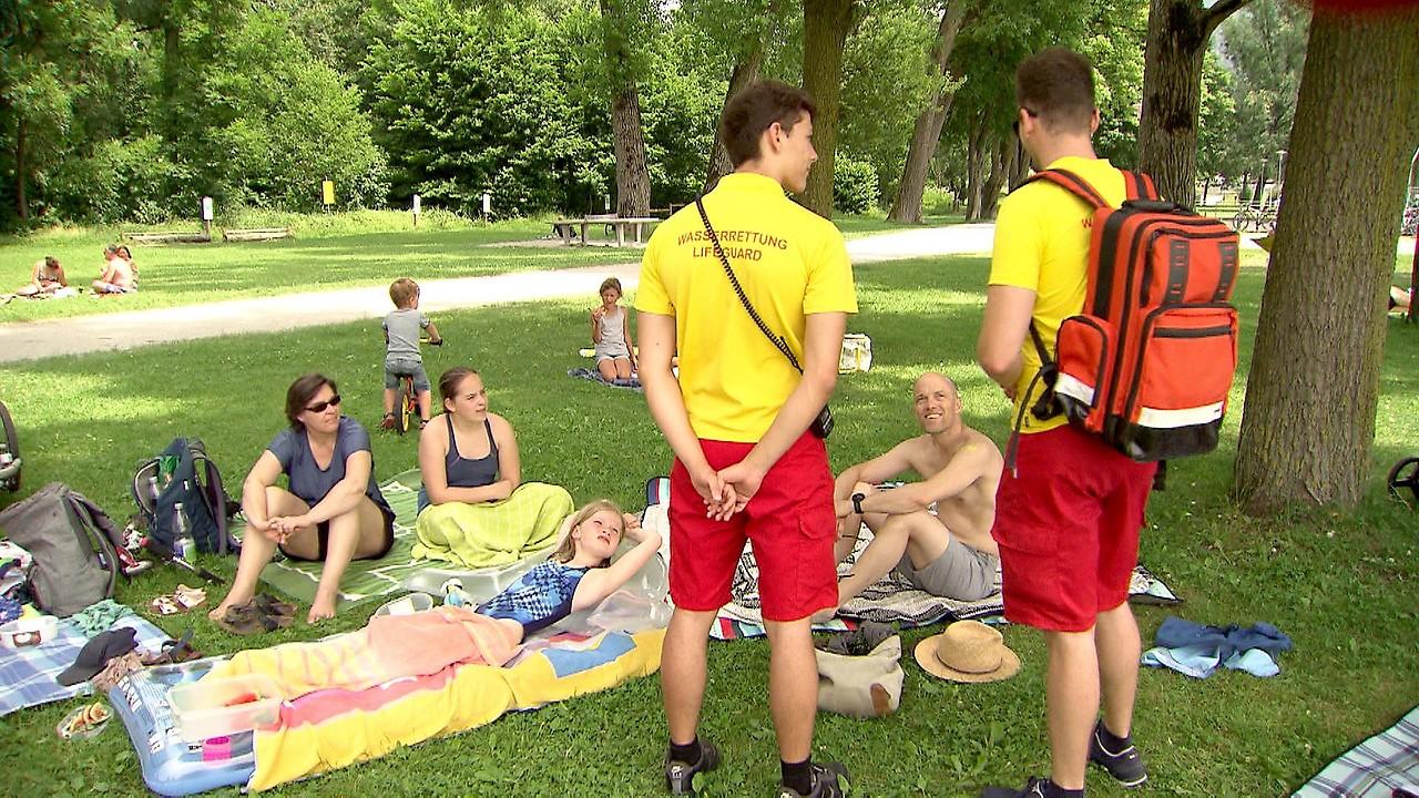 Wasserretter im Gespräch mit Badegästen